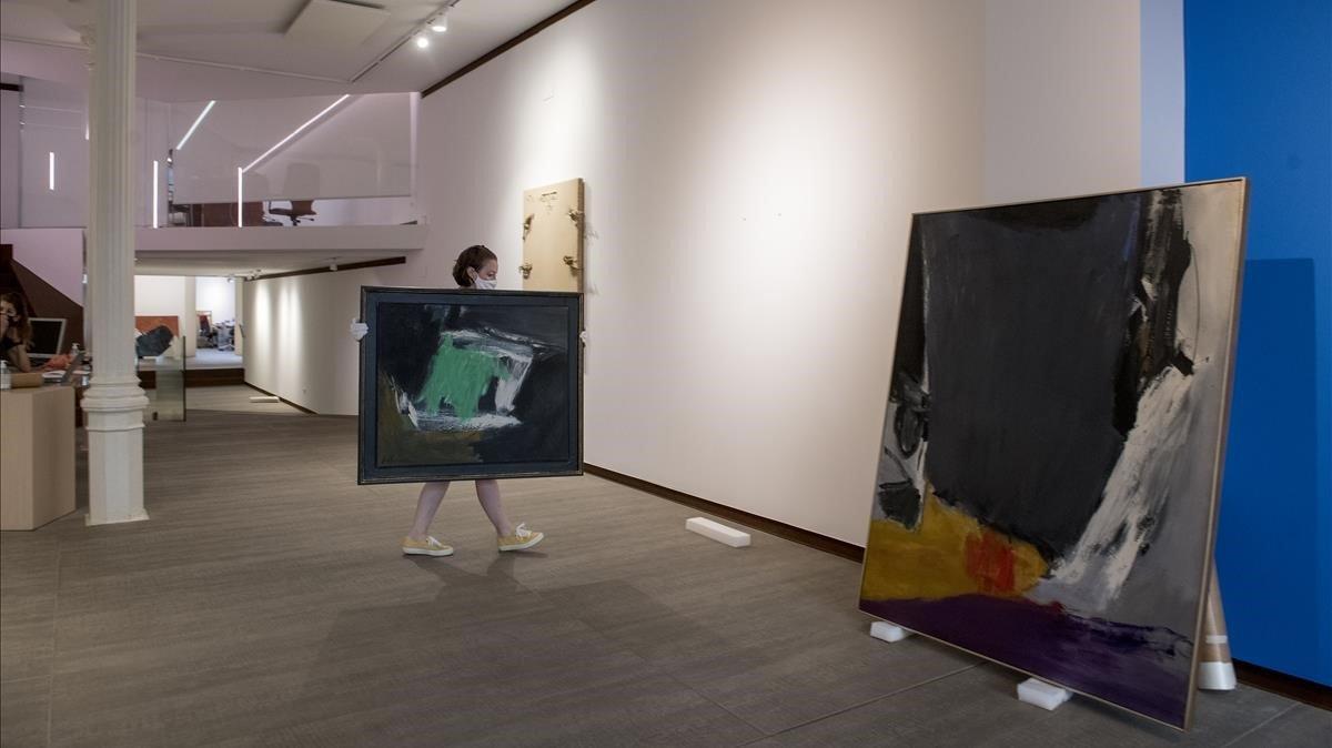 Preparativos para la exposición dedicada a José Guerrero y sus años en EEUU, este viernes en la Galeria Mayoral.