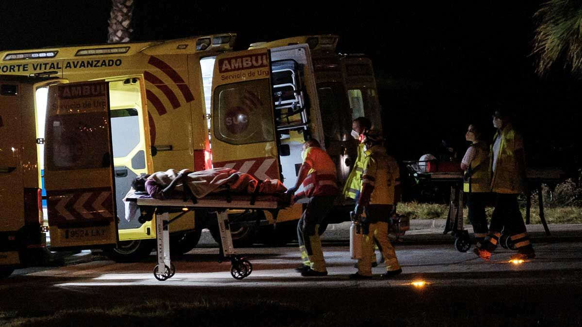 Evacuación en ambulancia de los ocupantes de la patera rescatada a 500 kilómetros de Gran Canaria.