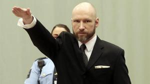 Breivik.hace el saludo nazi ante el tribunal de apelación, el pasado enero.