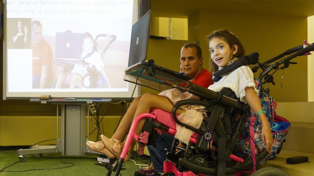 Isabella, niña de 10 años con parálisis cerebral.