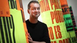 El artista, David Torrents, entre los pirulís dela exposición.