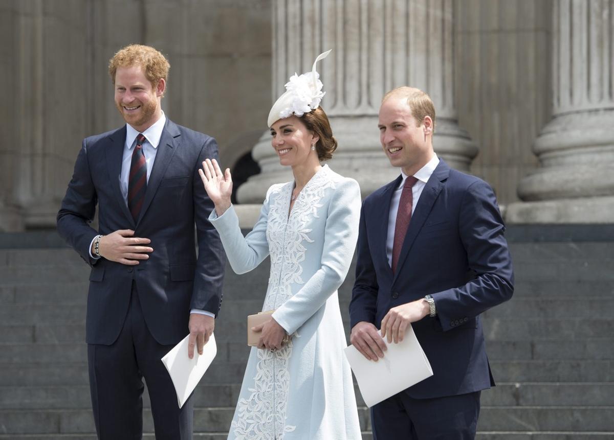 La duquesa Catalina de Cambridge y su marido, el príncipe Guillermo de Inglaterra abandonan la catedral de San Pablo junto al príncipe Enrique tras una misa de acción de gracias.