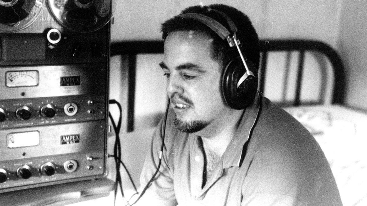 Alan Lomax, escuchando unas grabaciones en los años 50.