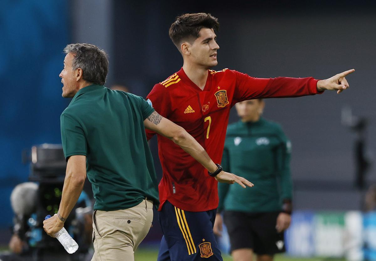 El delantero de la selección Álvaro Morata (d) al lado de Luis Enrique durante un partido de la selección española.