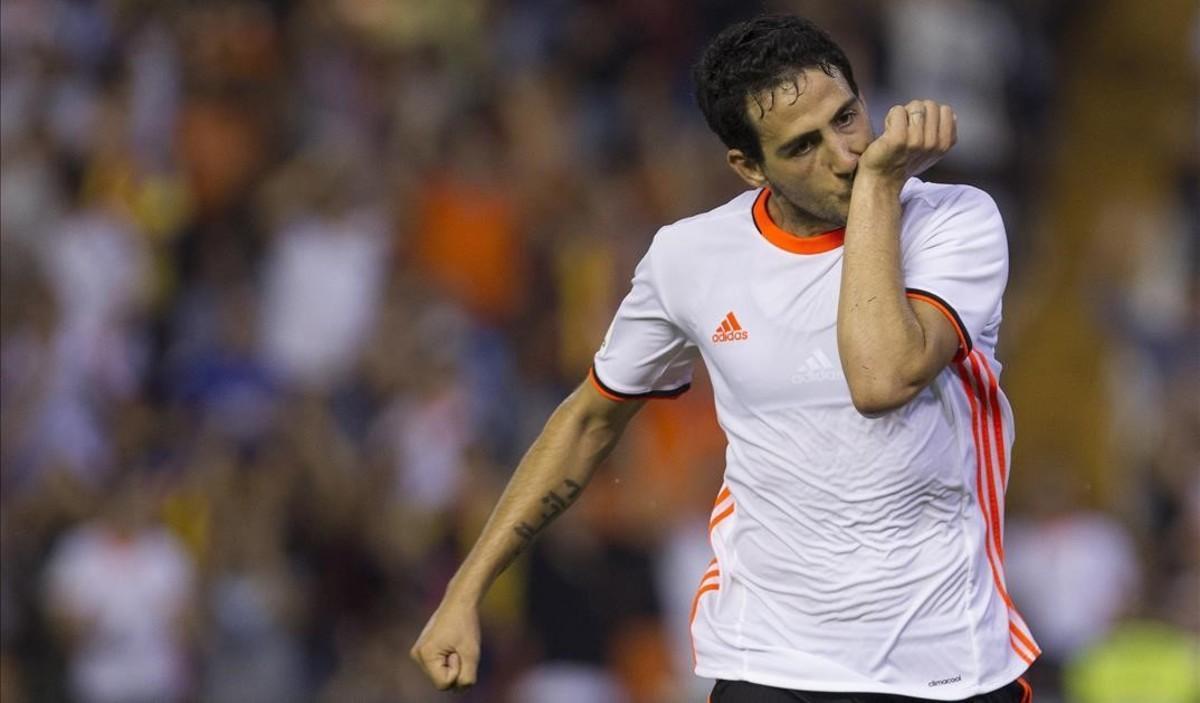 Dani Parejo celebra el segundo gol del Valencia contra el Alavés.