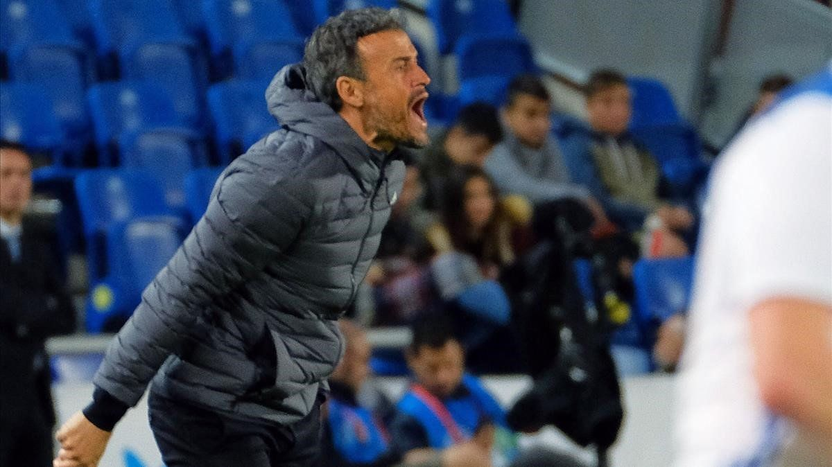 Luis Enrique grita durante el partido ante Bosnia.