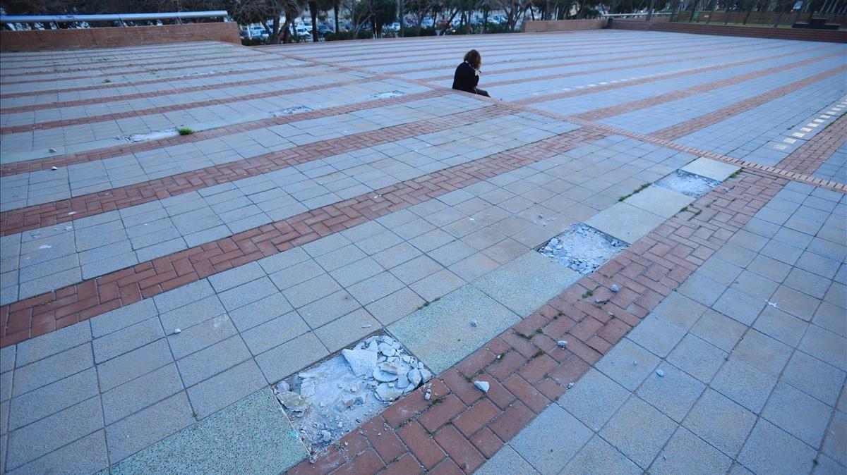 Los agujeros que han quedado donde estaban las placas de bronce robadas esta semana en la plaza dels Campions, en la Vila Olímpica.