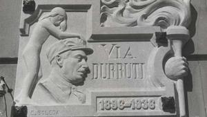 La placa esculpida que se colocó en la Via Laietana de Barcelona, que pasó a ser, durante la guerra, la Via Durruti, en homenaje al líder anarquista fallecido en nunca claras circunstancias en Madrid.