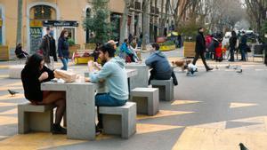Ambiente en la supermanzana de Sant Antoni, junto al mercado, a principios del mes de marzo
