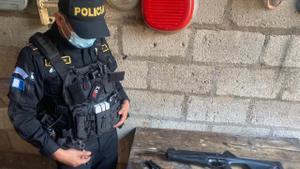 Un miembro de la Policía Nacional Civil de Guatemala.