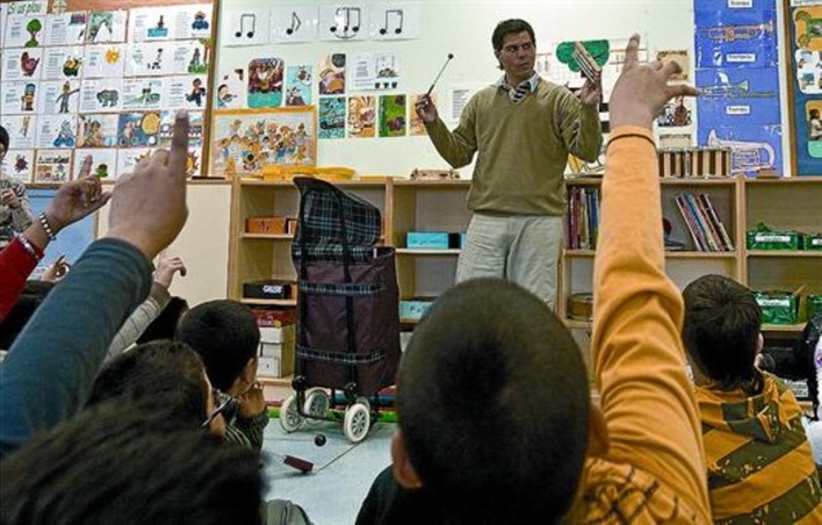 En clase 8 Pablo Persico trabaja con los alumnos de la escuela Carles I.