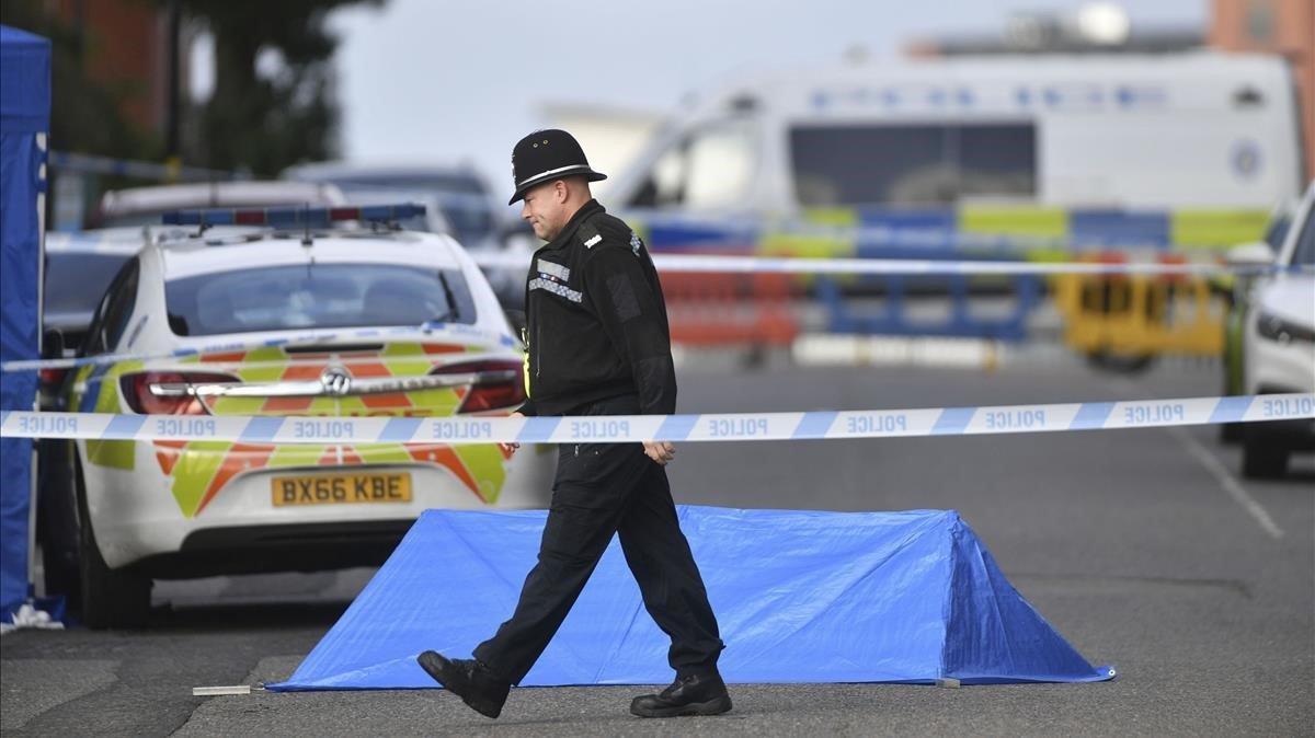 Investigación policial en Irving Street en Birmingham después de que varias personas fueran apuñaladas.