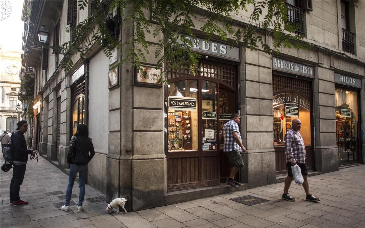 Casa Calicó, una esquina más que centenaria de la plaza de las Olles, a punto de perder su encanto.