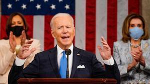 Joe Biden durante su discurso en el Congreso. Detrás, Kamala Harris y Nancy Pelosi.