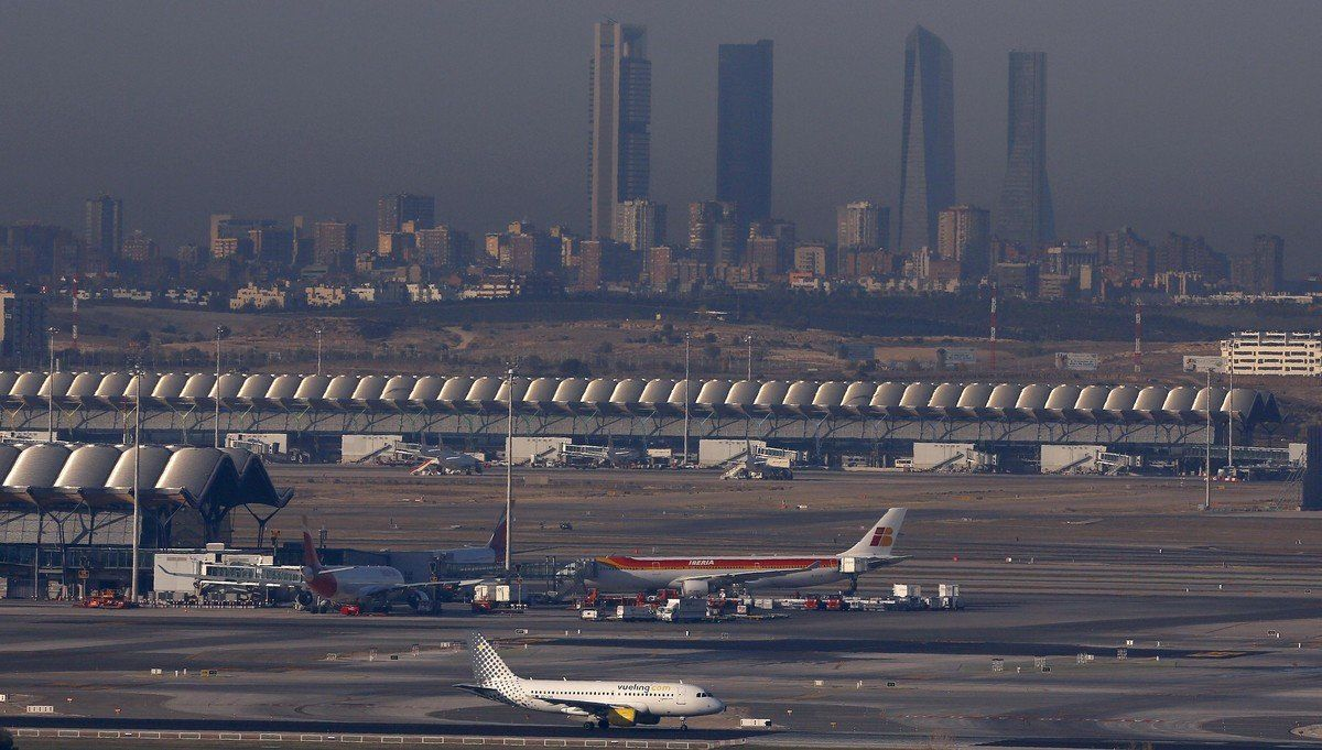 Barajas airport in Madrid, Spain, is seen in this December 2, 2015 file photo.Spanish authorities evacuated all passengers and crew from a flight bound for Riyadh, Saudi Arabia, at Madrid's Barajas international airportDebruary 4, 2016,  after a bomb threat on Thursday, Spain's airport operator Aena said. REUTERS/Sergio Perez