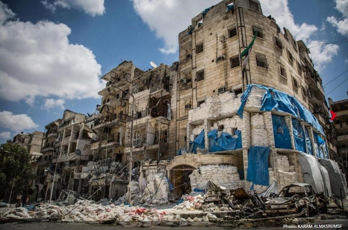 Un hospital reforzado con sacos de arena tras ser bombardeado en abril pasado, en ataques que causaron la muerte de un médico y heridas a varias enfermeras, en el este de Alepo.