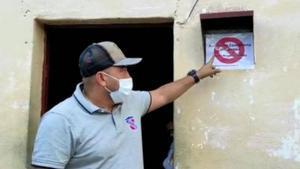 El alcalde Luis Adrián Duque de Yaracuy, Venezuela, marca las casas de pacientes con covid.