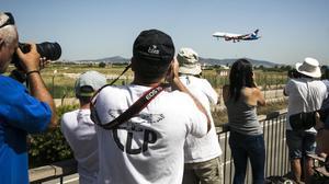 'Spotters' en el aeropuerto deEl Prat, este sábado.