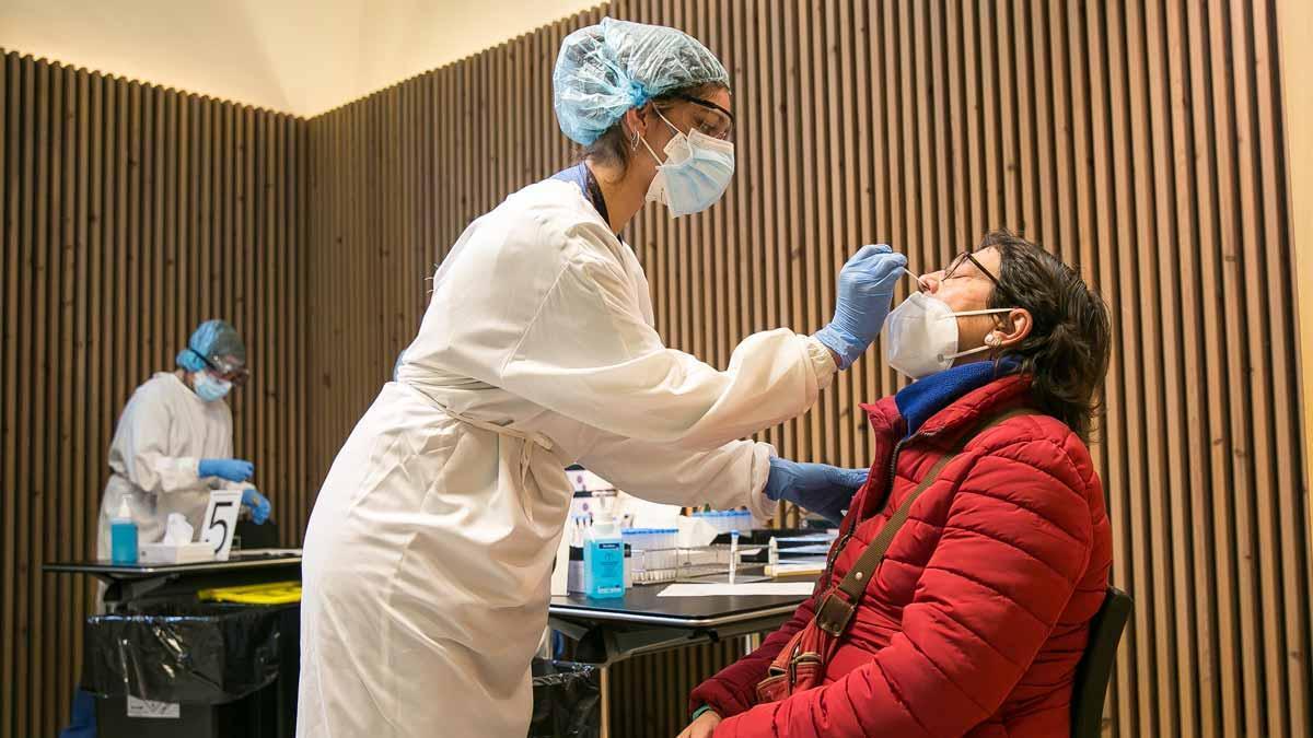 Realización de un test de coronavirus en Barcelona.