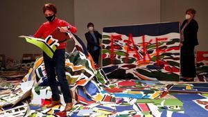 Acto simbólico de la artista Rosa Torres destruyendo 300 plagios de sus obras, este miércoles en València.