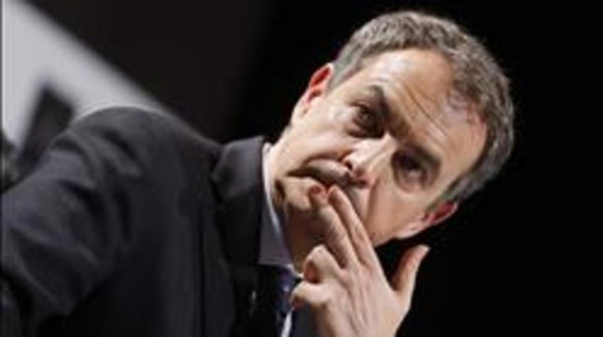 El expresidente del Gobierno José Luis Rodríguez Zapatero, en la presentación de su libro 'El dilema', este martes, 26 de noviembre, en Madrid. AGUSTÍN CATALÁN