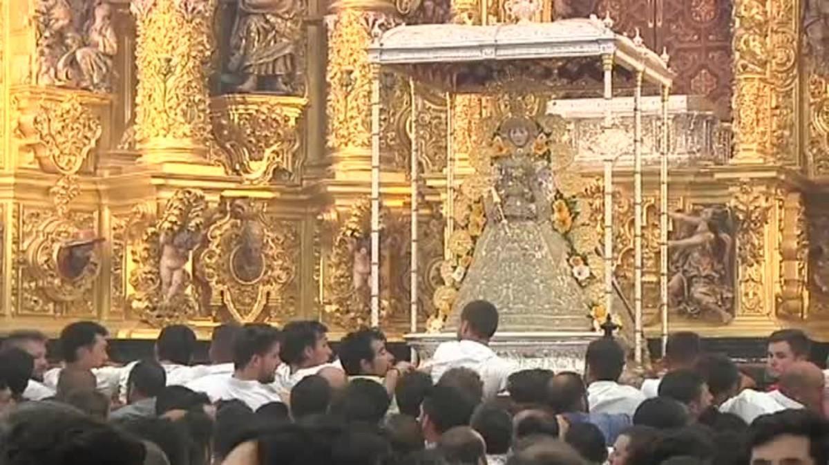 La Blanca Paloma comienza su procesión entre las hermandades.