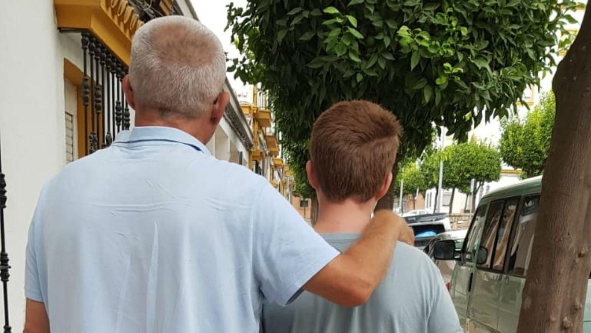 José Carlos Mélida pasea por Huelva junto a su hijo, diagnosticado autista.