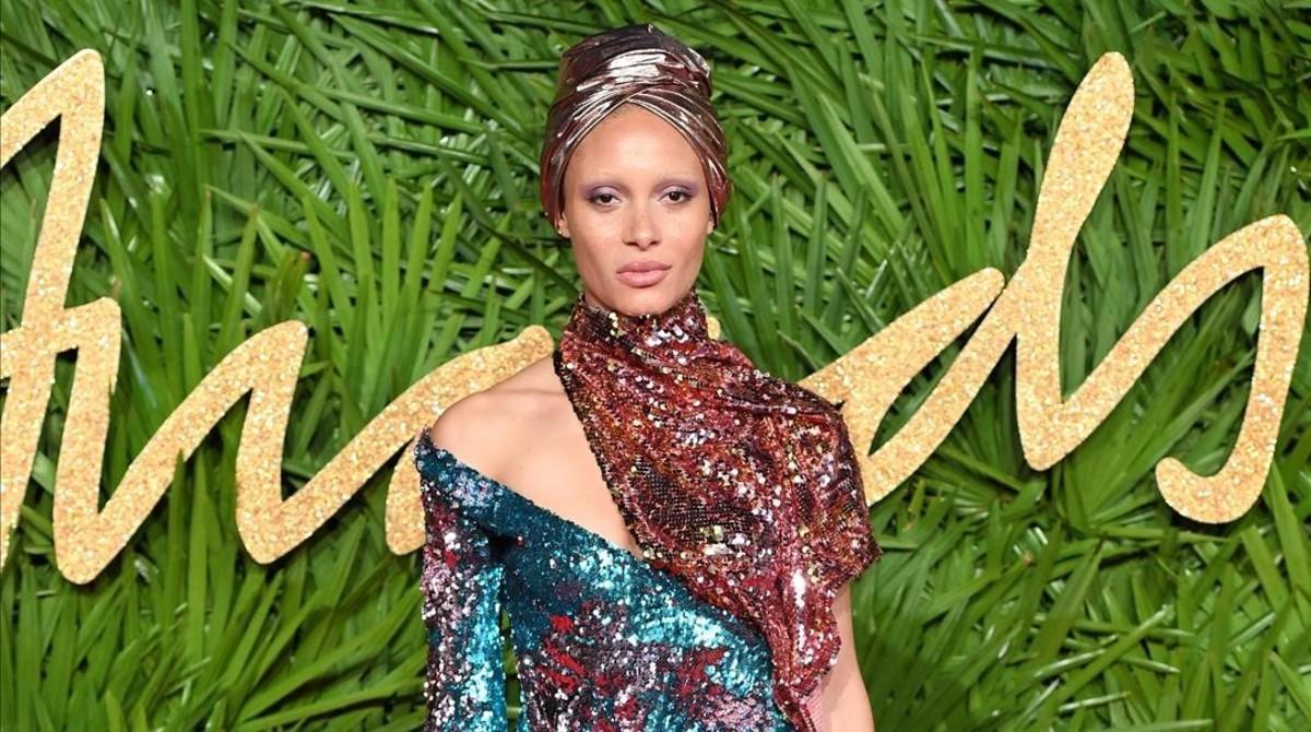 La modelo Adwoa Aboah se convierte en la ganadora de los Fashion Awards 2017.