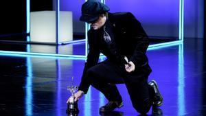 El actor Johnny Depp pone el Premio Donostia en el suelo en el 69º Festival Internacional de Cine de San Sebastián.