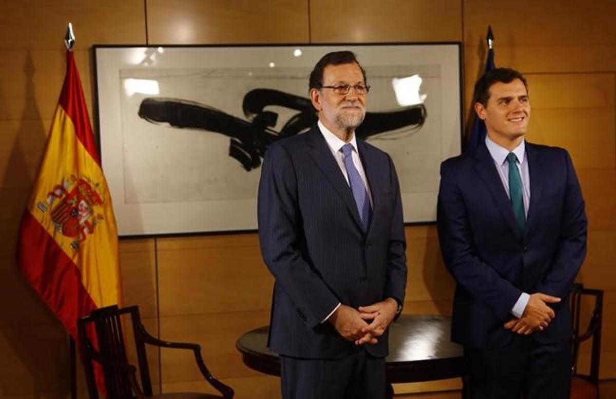 Mariano Rajoy y Albert Rivera posan antes de la reunión en el Congreso, el 3 de agosto.