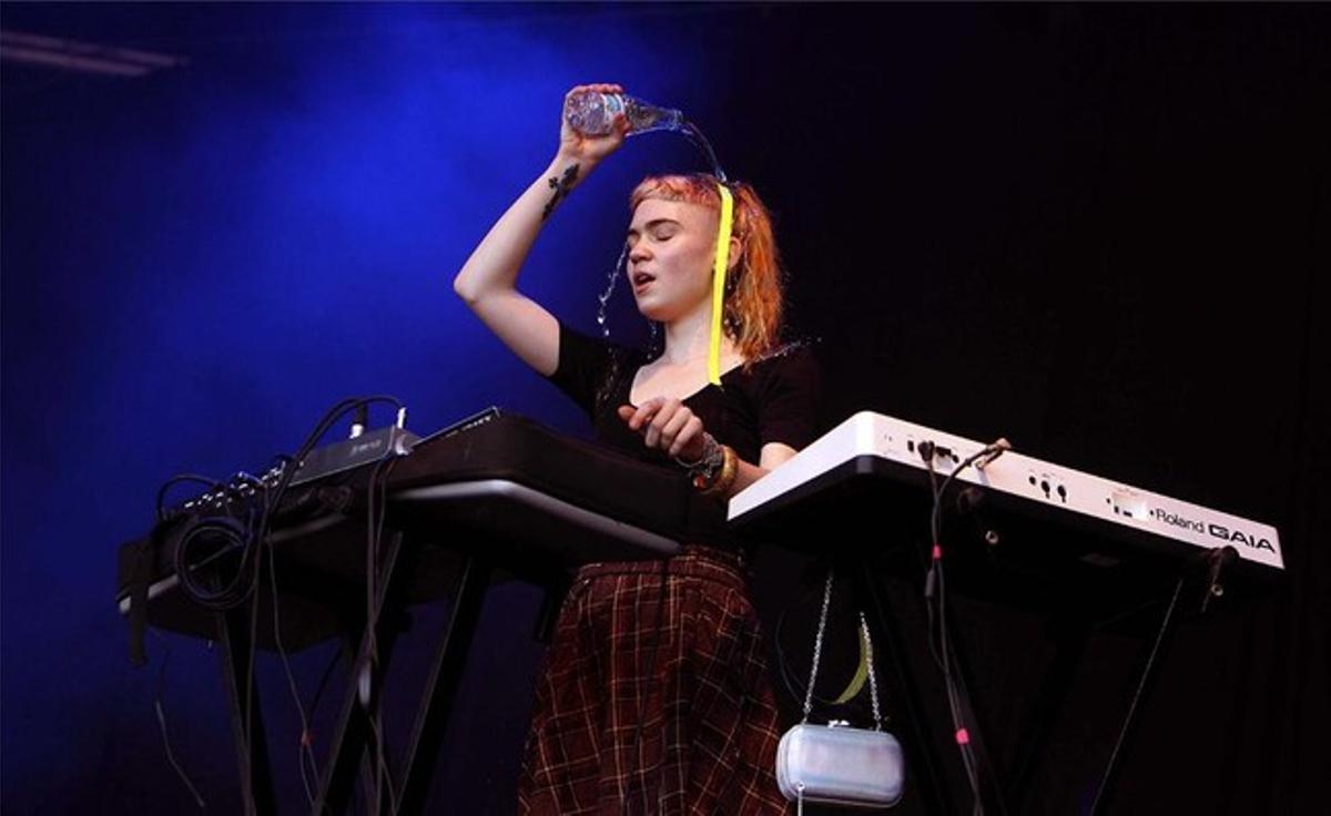 Grimes se tira el contenido de un botellín de agua por encima.