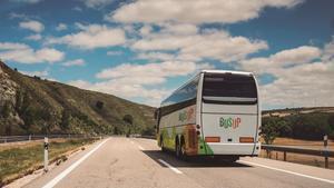 Un autobús, en plena actividad.
