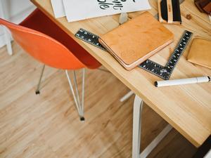 Una silla y un escritorio.