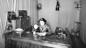 Una locutora de Ràdio Girona, en 1934.