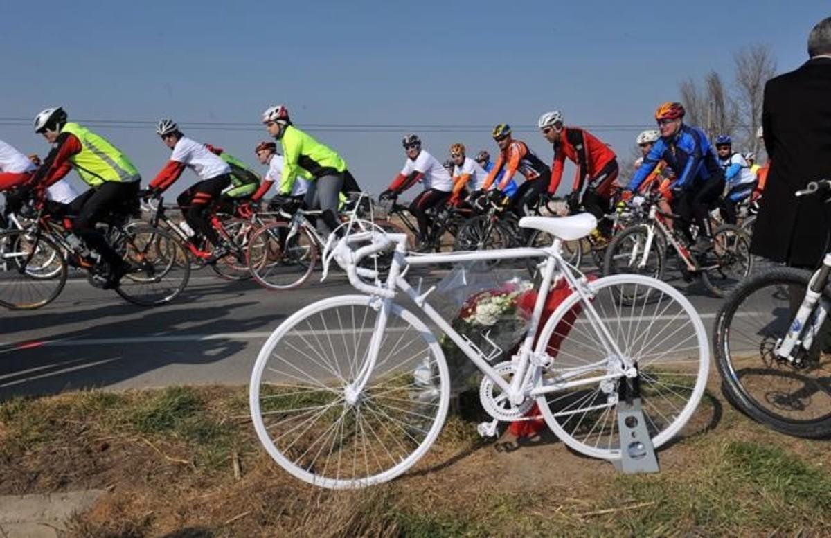 Protesta ciclista contra los accidentes de tráfico, en el 2012, en Balaguer. La bici blanca recuerda a los ciclistas fallecidos.