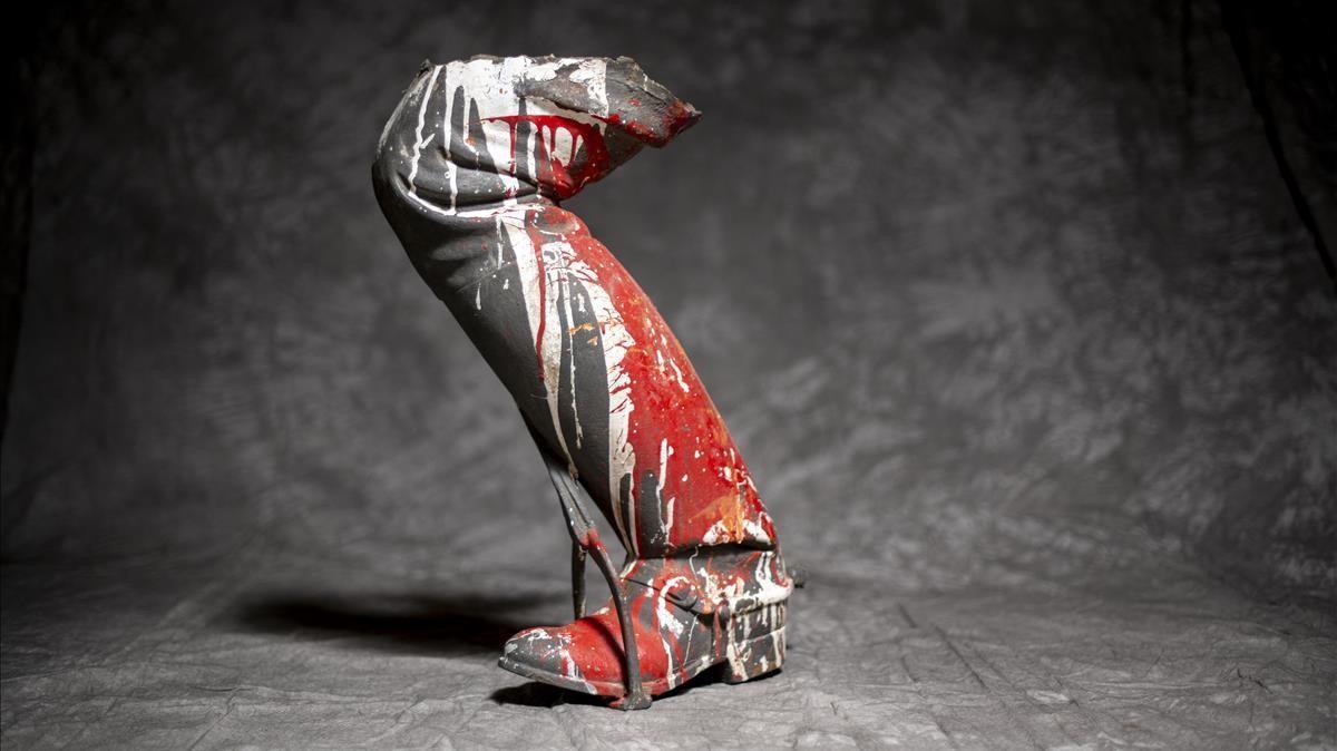 La pierna del dictador, que incluso sola se mantiene en pie, tal cual regresó de su accidentada excursión al Born.
