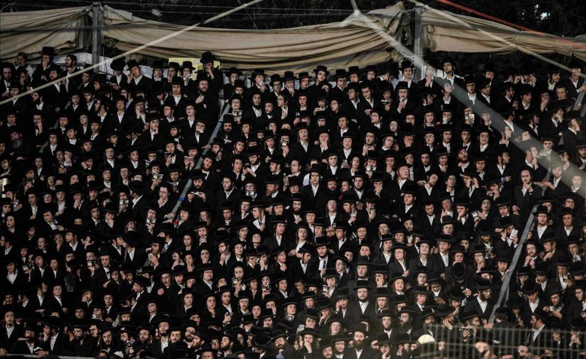 Judíos ultraortodoxos se reúnen junto a la tumba del rabino Shimon Bar Yochai en el Monte Meron, durante la celebración del Lag Baomar.