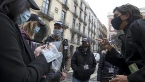 Una panda con gorras de SWAT intercepta a un cura de pega en la plaza de la Mercè durante el 'escape exterior' de 123 Action Barcelona.