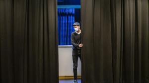 Un trabajador del Teatre Aquitania de Barcelonacorriendo el telón ante el cierre de locales culturales decretado por la Generalitat ante la covid.