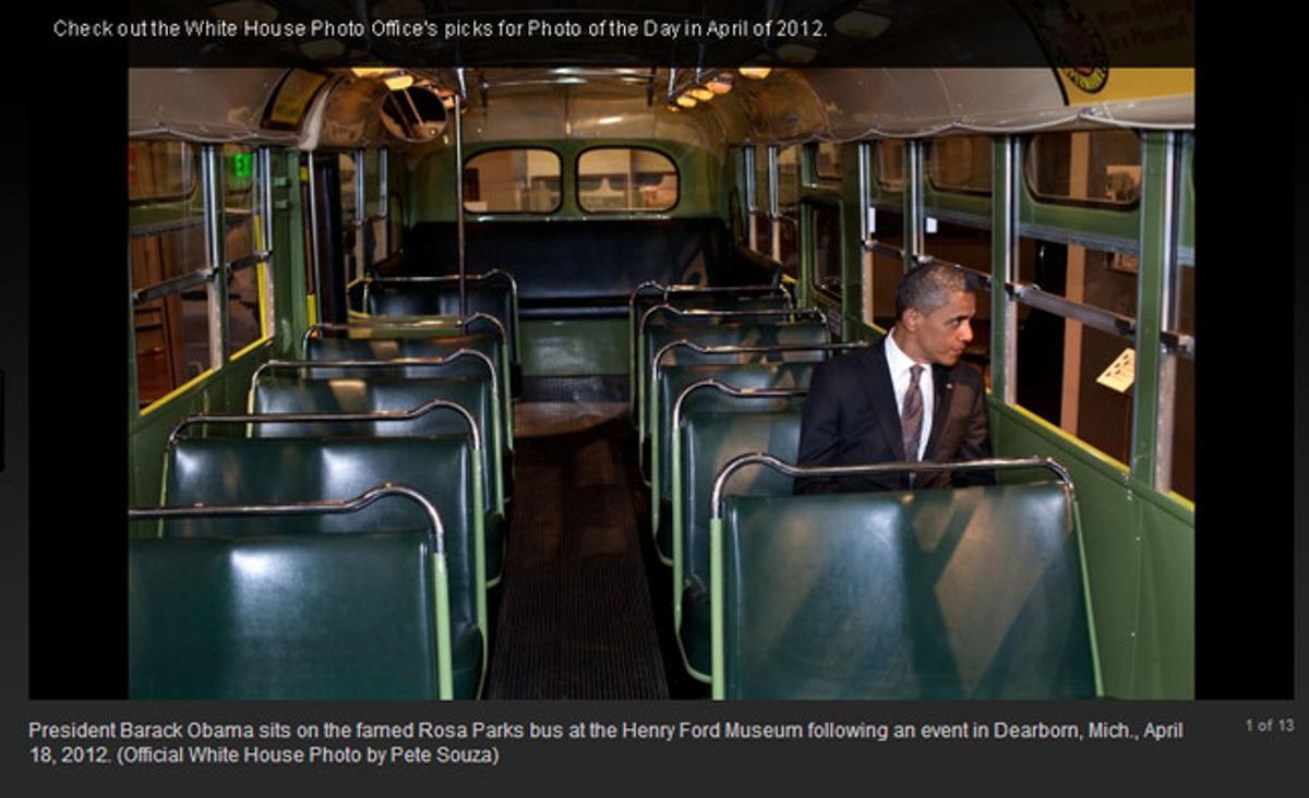 Obama, sentado en el autobús en el que Rosa Parks se negó a ceder el asiento a un blanco.