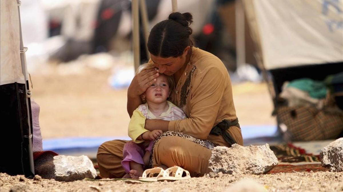 Una mujer yazidí refugiada que había huido de Sinjarcon su hijo, en agosto del 2014.