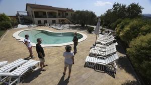 La propietaria de Can Gual Agroturisme, en l'Ametlla del Vallès, muestra la piscina y las diferentes zonas que pueden disfrutar los clientes que acaban de llegar.