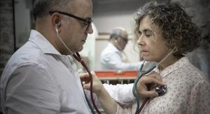 Los artista Gemma Guasch y Josep Asunción, recreando su trabajo 'Projecte escolta'.