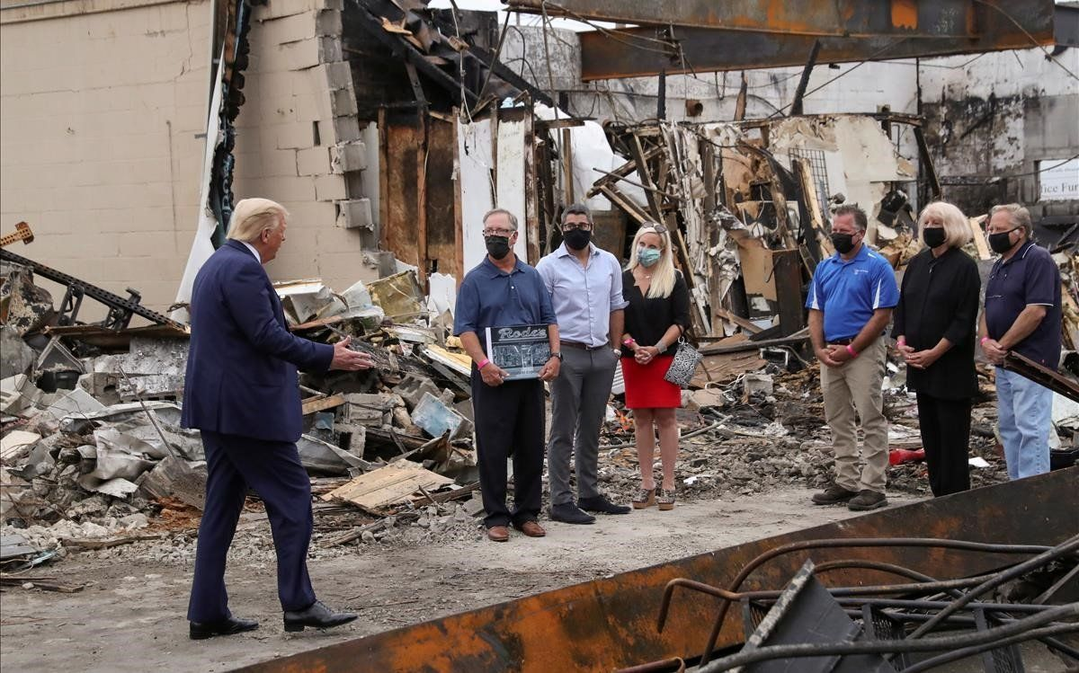 Trump habla con los dueños de uno de los comercios destruidos en Kenosha durante los disturbios.