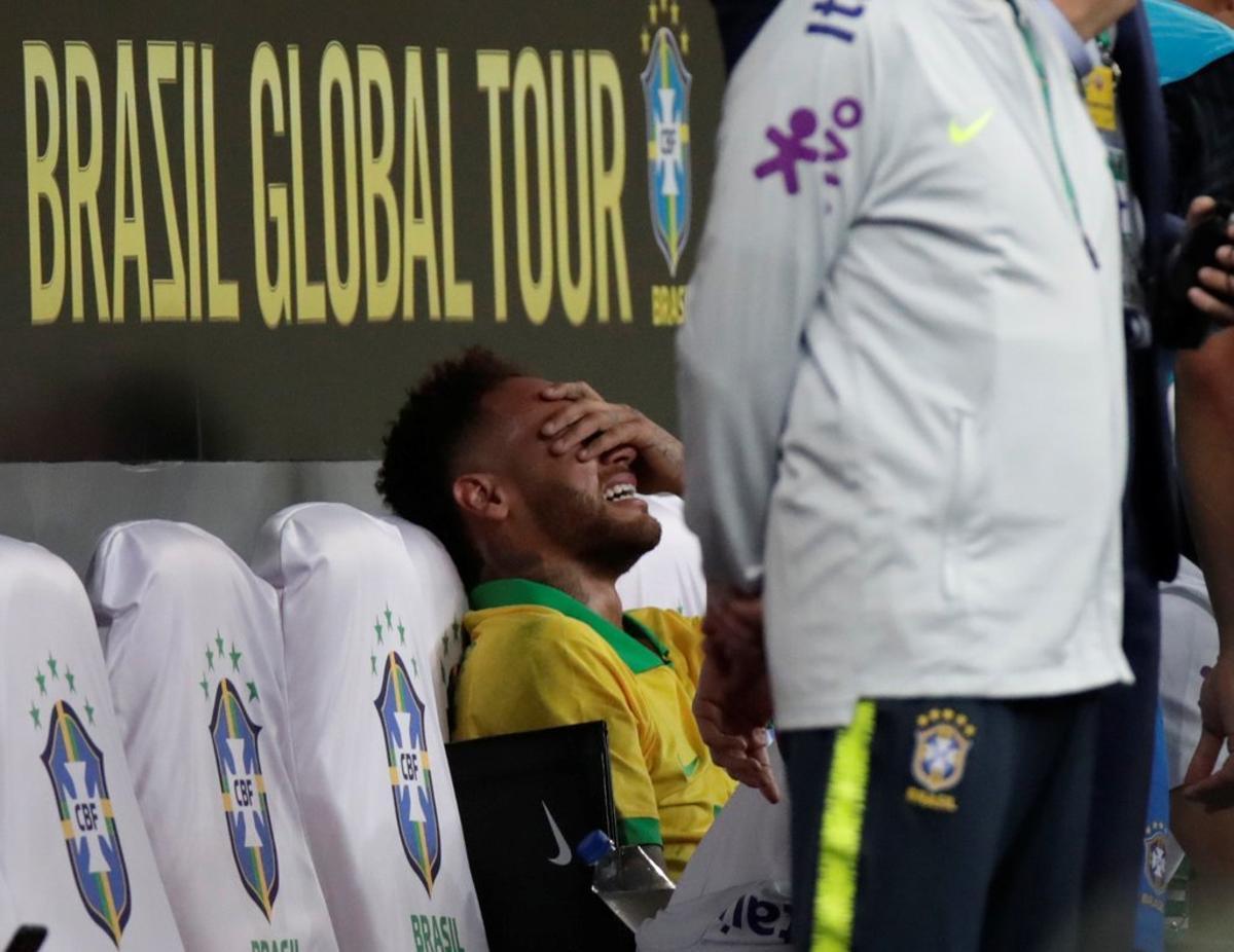 Neymar se retiró lesionado a los 17 minutos del primer tiempo en el amistoso entre su selección contra Qatar.