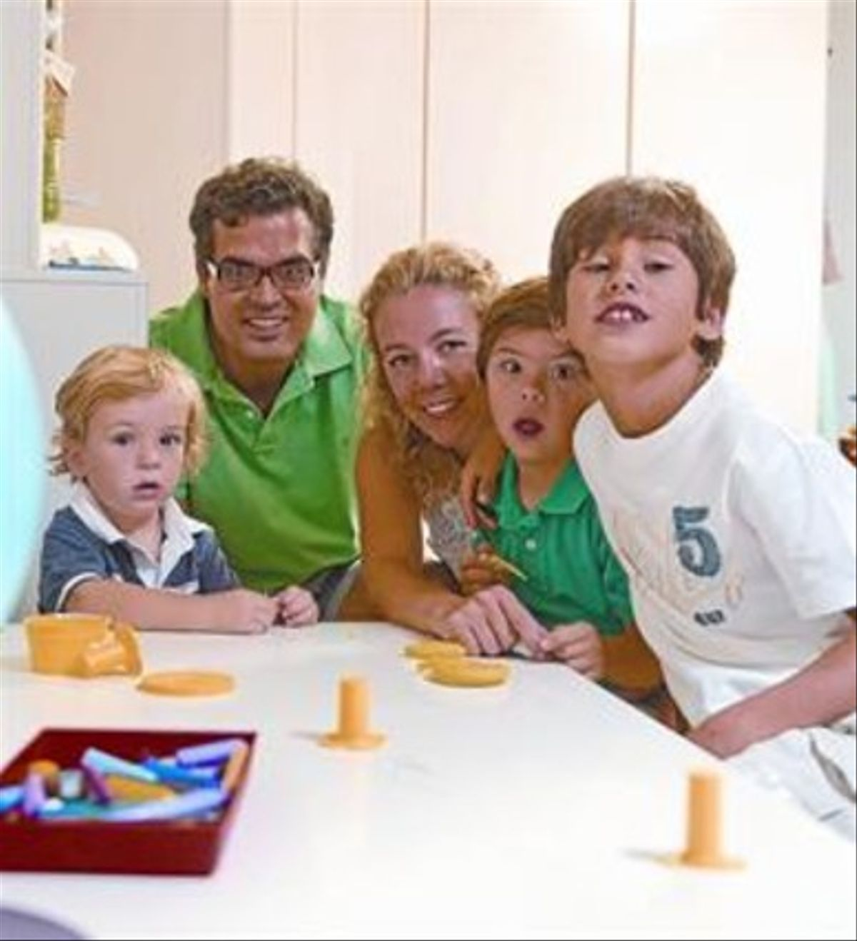 Anna y Juan Antonio, con sus hijos Dani (izquierda), Àlex y Marc.