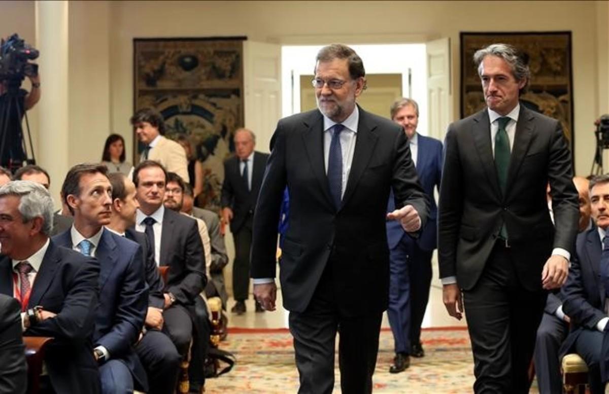 El presidente del Gobierno, Mariano Rajoy, y el ministro de Fomento, Íñigo de la Serna, en La Moncloa, en el acto de presentación del Plan Extraordinariode Carreteras.