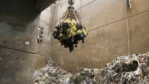 Bolsas con residuos sanitarios a punto de entrar a incineración en la planta de tratamiento de Mataró.