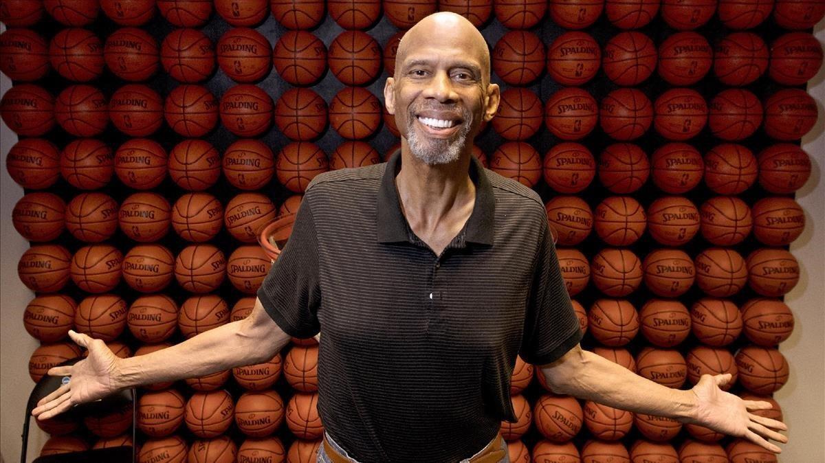 Kareem Abdul-Jabbar, legendario expivot de la NBA, en sus oficinas