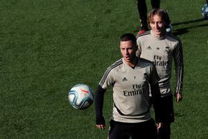 Eden Hazard junto al balón en el entrenamiento de este sábado del Madrid.